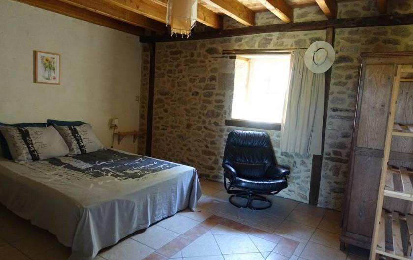 Location de vacances - Gîte à Lacam-d'Ourcet - Chambre avec la salle de bain. Nouveau lit (boxspring) 160x200 cm.