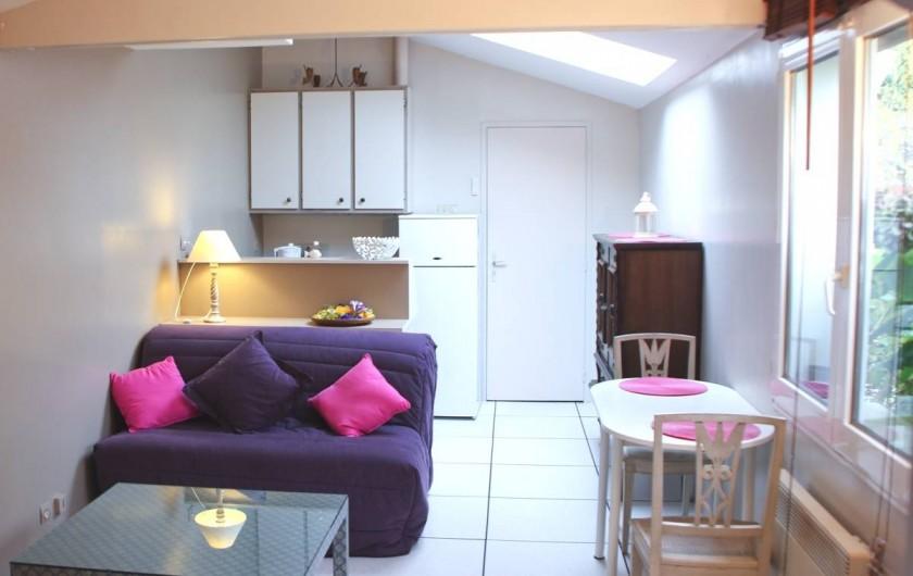 Location de vacances - Chambre d'hôtes à Île-aux-Moines - ILE MAURICE  le gite , pièce de vie avec canapé lit et kitchenette équipée
