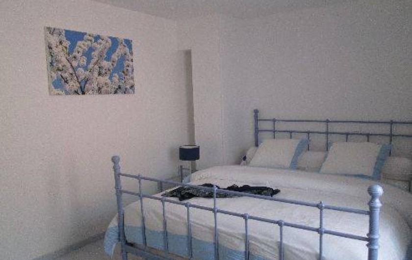 Location de vacances - Maison - Villa à Brue-Auriac - La chambre bleue au 1er étage avec cabinet de toilettes et toilette séparée