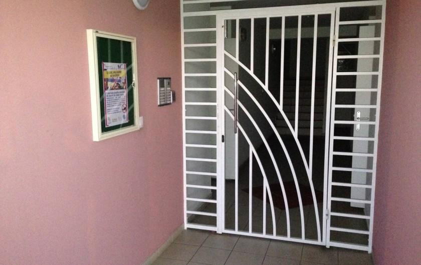Location de vacances - Appartement à Les Trois-Îlets - Entrée de l'immeuble avec digicode