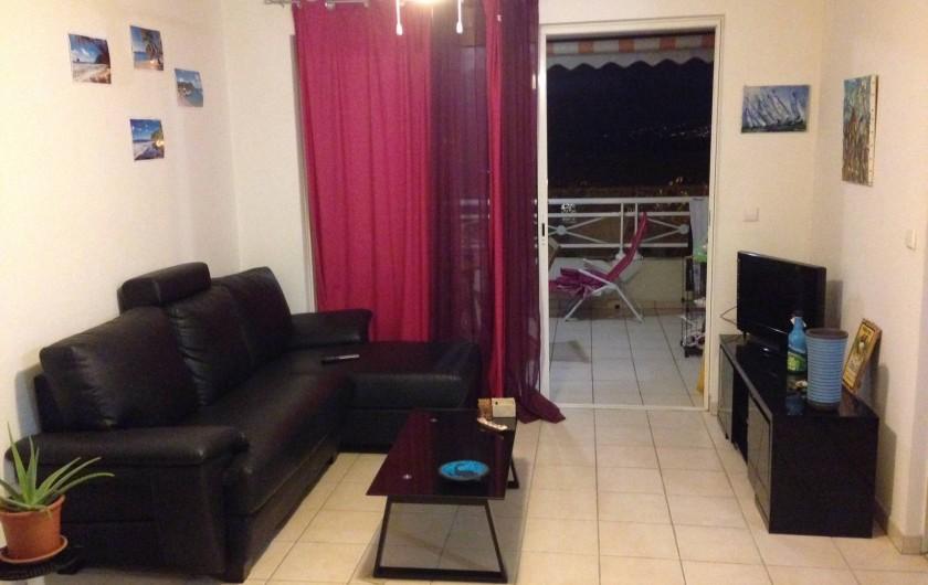Location de vacances - Appartement à Les Trois-Îlets - Séjour + terrasse au fond