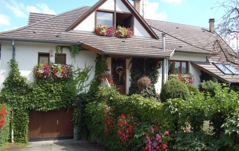 Location de vacances - Chambre d'hôtes à Marlenheim - La façade de Côté Vignes en été