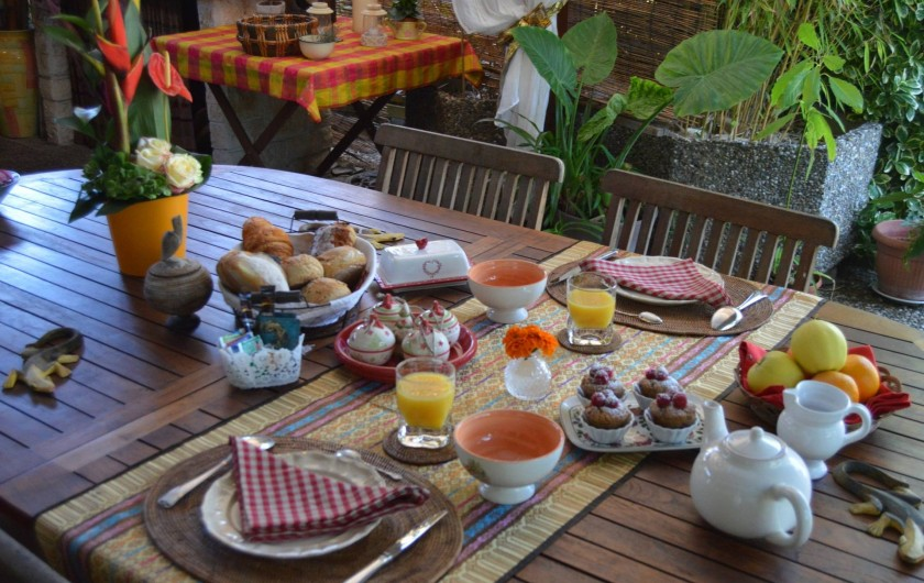 Location de vacances - Chambre d'hôtes à Marlenheim - Petit déjeuner sous la pergola