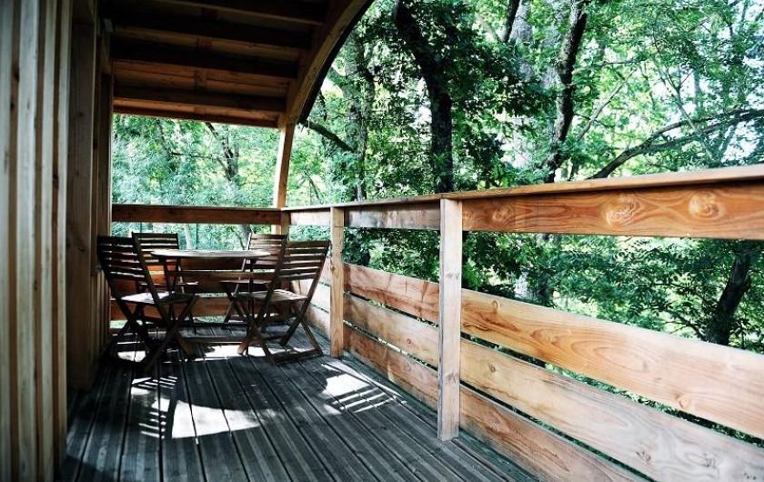 Location de vacances - Insolite à La Châtre - Cabanes : terrasse couverte offrant une très belle vue sur la rivière