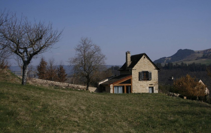 Location de vacances - Gîte à Marvejols - Vue sur la maisonnette et derrière le Truc du Midi