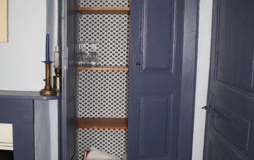 Location de vacances - Gîte à Marvejols - un aperçu du placard du séjour bleu et à droite porte de la chambre