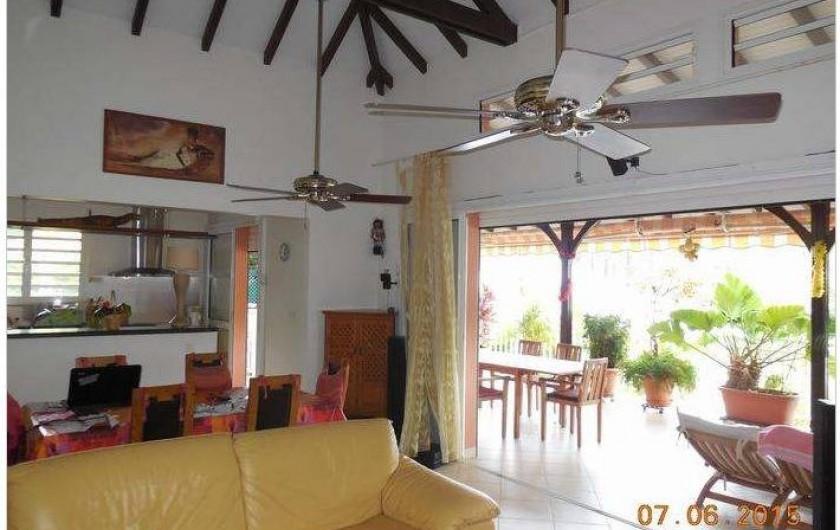 Location de vacances - Villa à Le Marin - salon séjour ouvert sur 3,5m sur la terrasse de 36m2