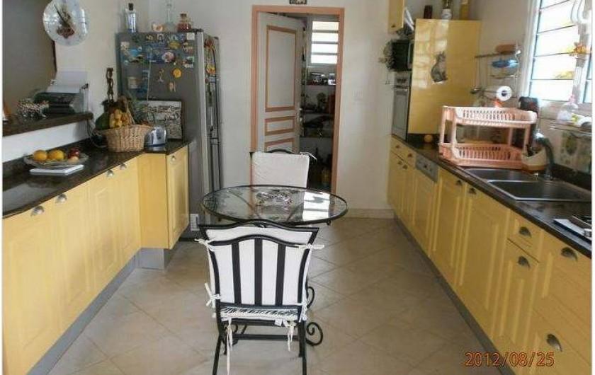 Location de vacances - Villa à Le Marin - depuis terrasse vue cuisine américaine avec cellier en extrémité