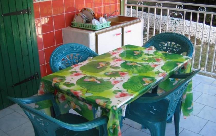 Location de vacances - Bungalow - Mobilhome à Sainte-Anne - Bungalow 1 - Terrasse, coin cuisine et repas