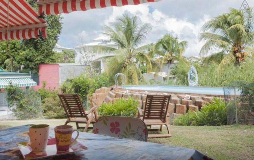Location de vacances - Bungalow - Mobilhome à Sainte-Anne - Studio Poirier Colibri - Petit déjeuner, vue sur la piscine