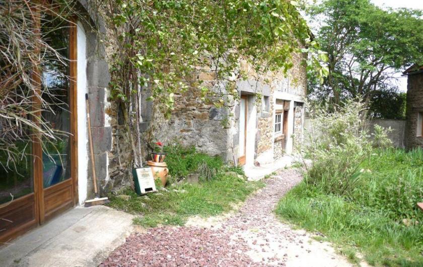 Location de vacances - Gîte à Saint-Rémy-de-Blot - Cuisine au 1er plan, salle de bain dans le fond