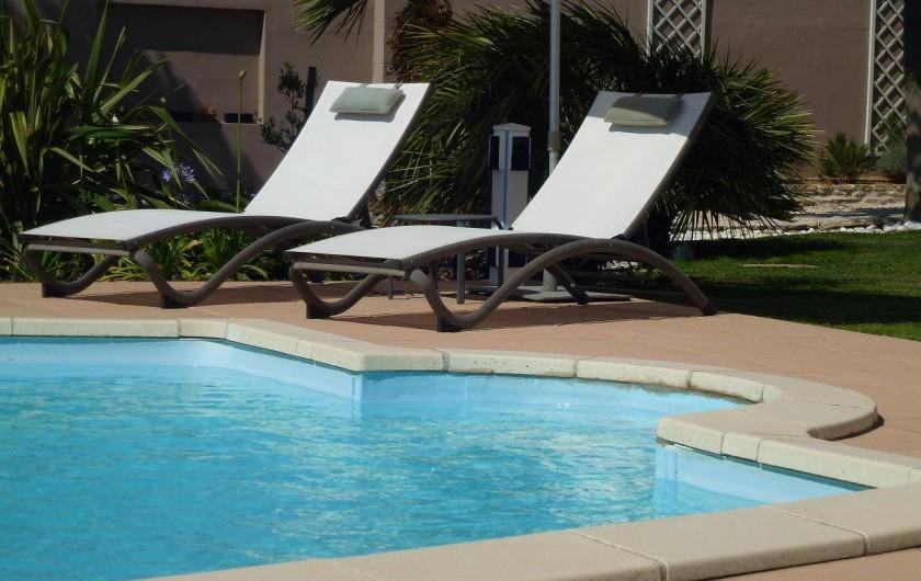 Location de vacances - Villa à La Palme - les transats sous les parasols face à la mer