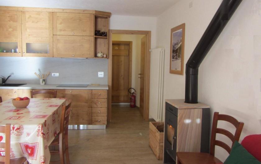 Location de vacances - Studio à Rhêmes-Notre-Dame - vue sur la cuisine et la poêle à bois