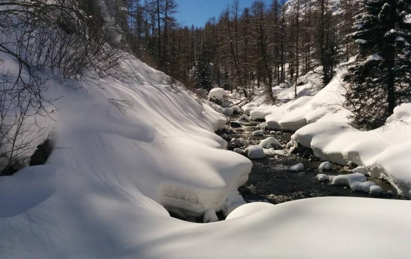 Location de vacances - Studio à Rhêmes-Notre-Dame - la rivière en hiver