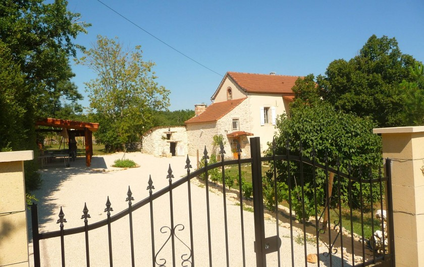 Location de vacances - Villa à Cahors - Allée principale. Propriété entièrement clôturé d'une surface de 2000 M2