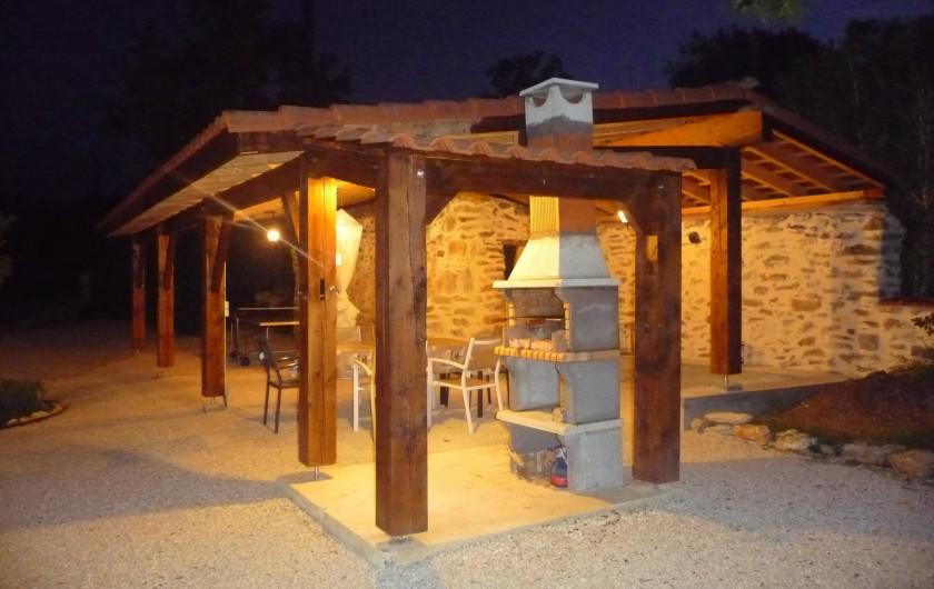 Location de vacances - Villa à Cahors - Appentis de nuit, avec barbecue couvert.