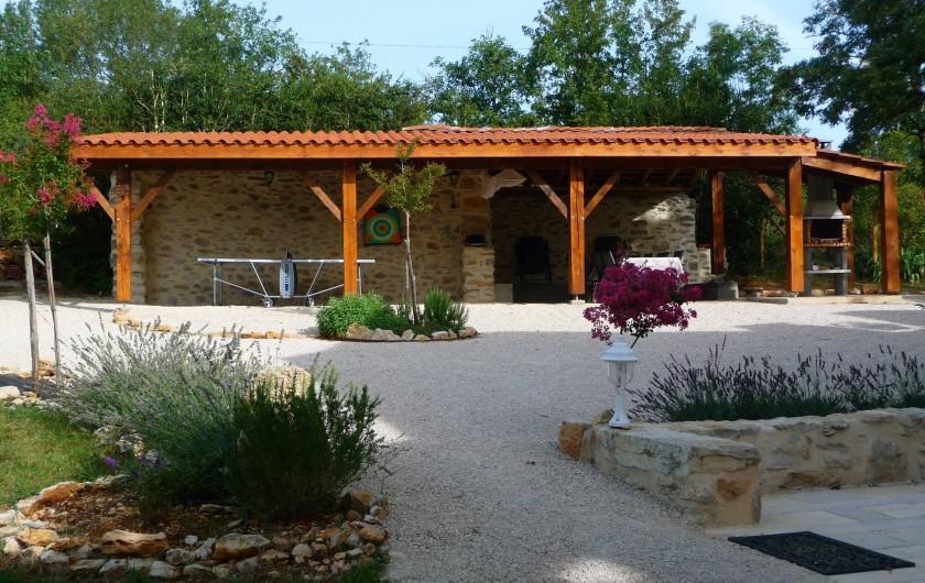 Location de vacances - Villa à Cahors - Appentis pouvant abriter 2 voitures, table de Ping Pong, barbecue couvert.
