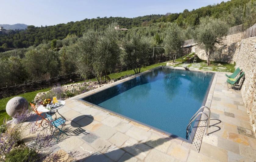 Location de vacances - Villa à San Donato In Collina - Piscine vu de la cour
