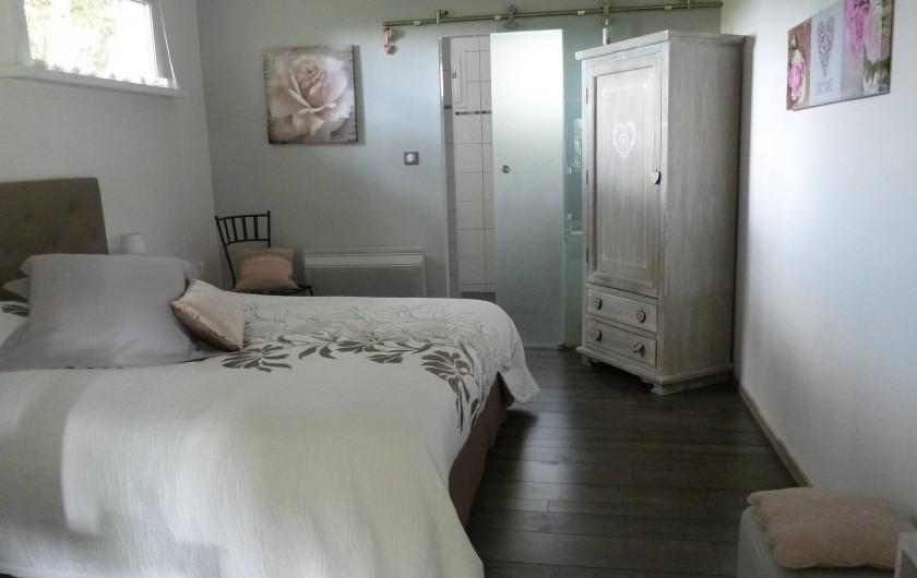 Location de vacances - Chambre d'hôtes à Rouvres-en-Woëvre - Ma Solantine Vue sur chambre  et accès à la salle de bain