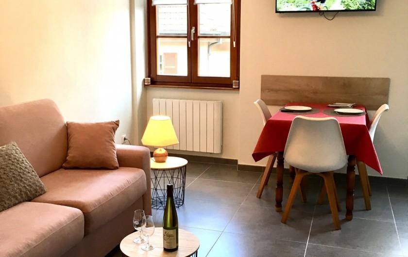 """Location de vacances - Gîte à Orschwiller - """"Charlotte"""" coin repas, Salon (Canapé lit 140x190)"""