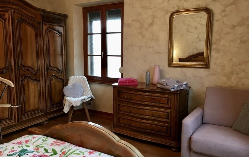 """Location de vacances - Gîte à Orschwiller - """"Charlotte"""" chambre grande armoire 2 fenêtres"""