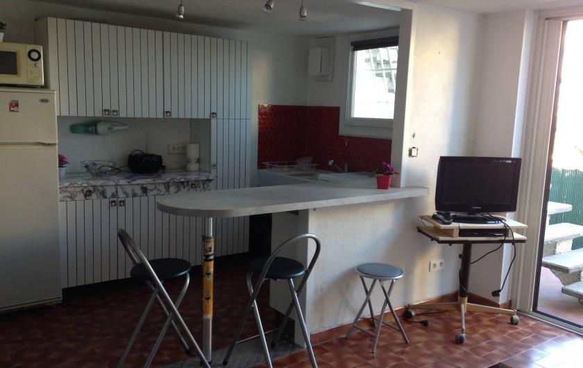 Location de vacances - Studio à Mandelieu-la-Napoule - coin repas cuisine avec vue mer