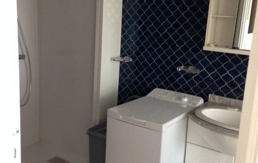 Location de vacances - Studio à Mandelieu-la-Napoule - lavabo,  douche, lave linge
