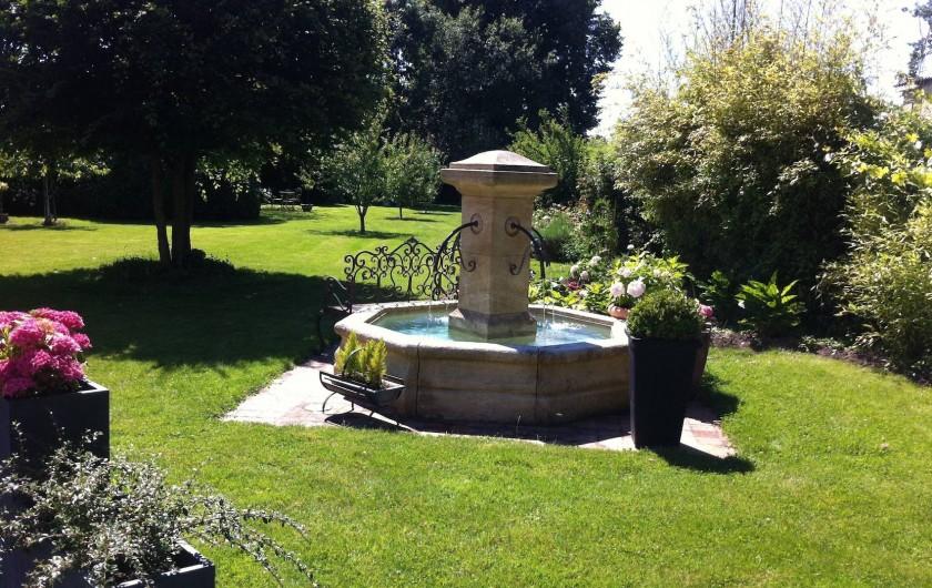 Location de vacances - Chambre d'hôtes à Acheux-en-Amiénois - Jardin et fontaine