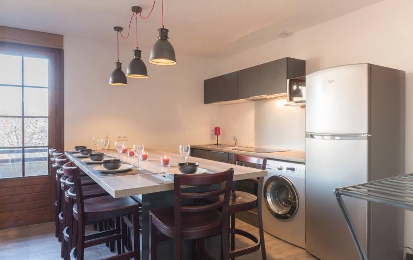 Location de vacances - Appartement à Combloux - cuisine avec comptoir bar