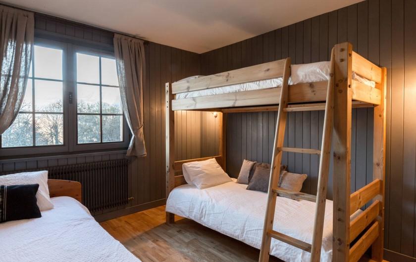 Location de vacances - Appartement à Combloux - Chambre enfants avec lit simple et lits superposés