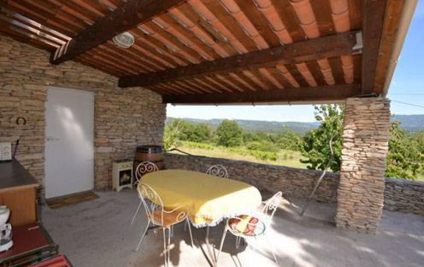 Location de vacances - Chambre d'hôtes à Apt - terrasse panoramique vue sur le Luberon avec cuisinette