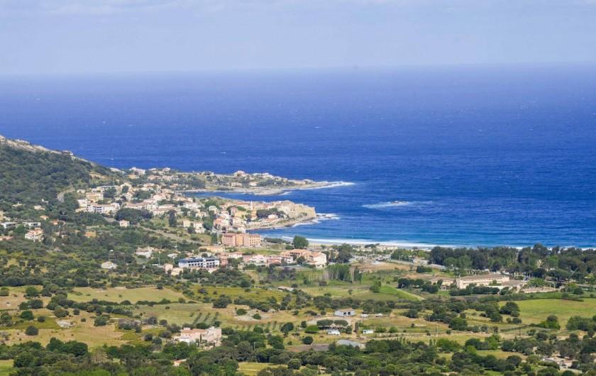 Location de vacances - Villa à Aregno - Plage d'Arégno et le village d'Algajola