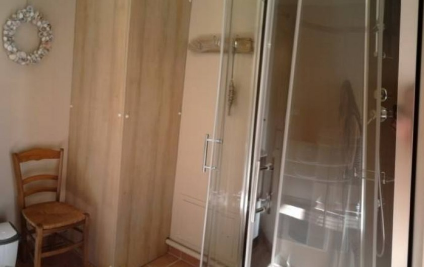 Location de vacances - Gîte à Rodelinghem - salle de bain du bas