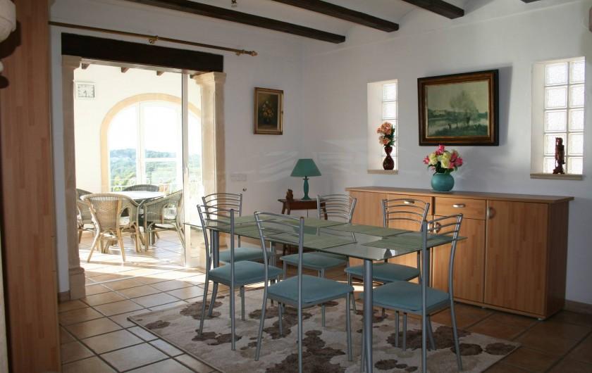 Location de vacances - Villa à Xàbia - Séjour en enfilade avec la cuisine, la véranda et communiquant avec le salon.