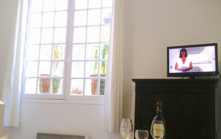 Location de vacances - Studio à Aix-en-Provence - Grande pièce lumineuse avec grande fenêtre sur rue piétonne calme.