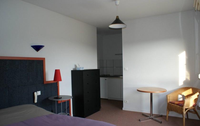 Location de vacances - Chalet à Riotord - Chambre avec coin cuisine et salle de bain privative.