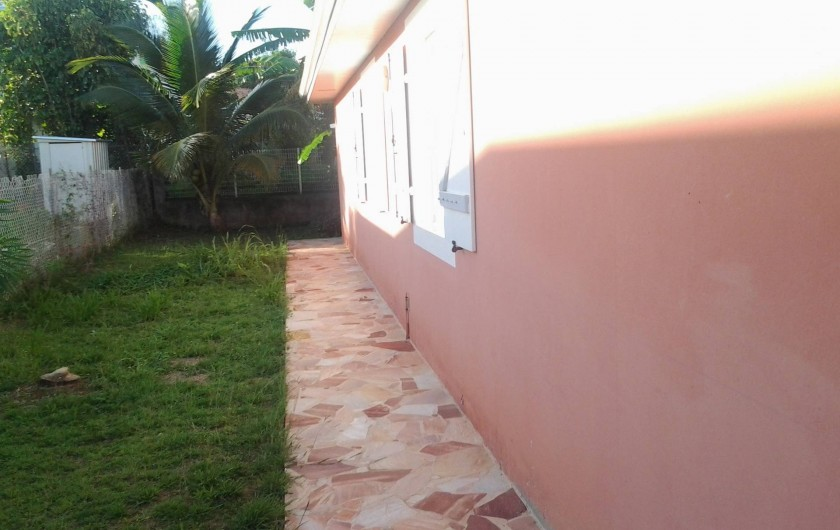 Location de vacances - Villa à Le Lamentin - Jardin côté gauche