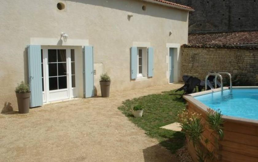 Location de vacances - Gîte à Neuvicq-le-Château - Façade et jardin