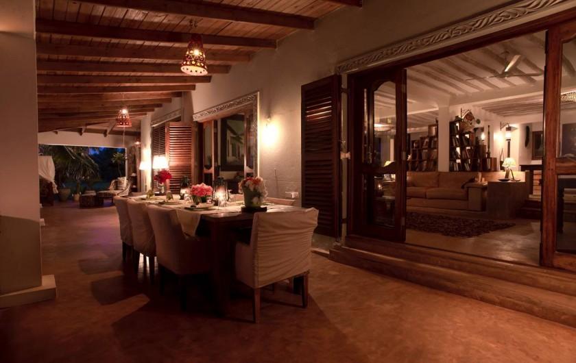 Location de vacances - Villa à Zanzibar - La véranda , table dressée , le living room à droite .