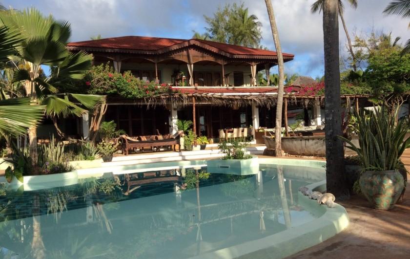 Location de vacances - Villa à Zanzibar - Vue de face de la villa . La mer se trouve derrière le photographe .