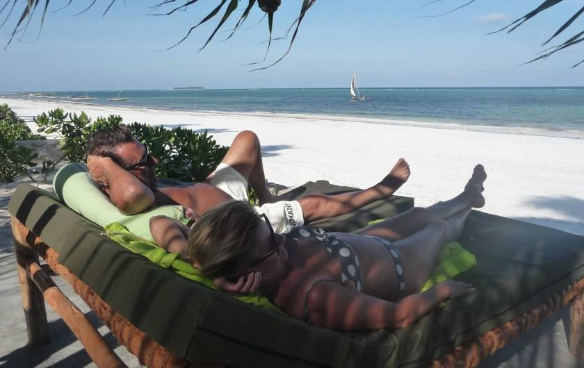 Location de vacances - Villa à Zanzibar - Depuis notre plage privée , coin repos avec vue sur la plage publique .