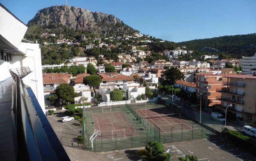 Location de vacances - Appartement à L'Estartit - les tennis avec la montagne rocamaure