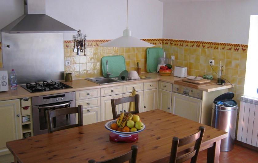 Location de vacances - Gîte à Villecroze - CUISINE OUVRENT SUR LA TERRASSE NORD