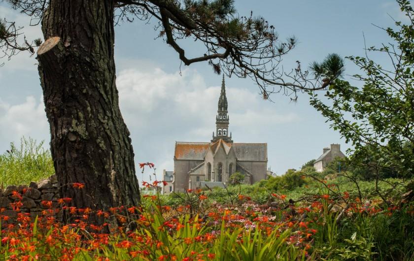 Location de vacances - Gîte à Ouessant - Vu du jardin : l'église St Pol Aurélien