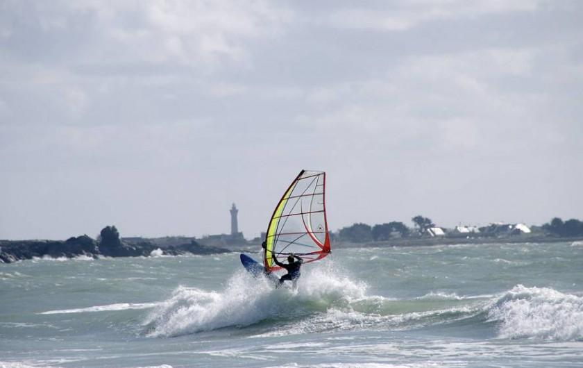 Location de vacances - Gîte à Saint-Jean-Trolimon - Surf à voile, devant le Phare d'Heckmul (4 km)