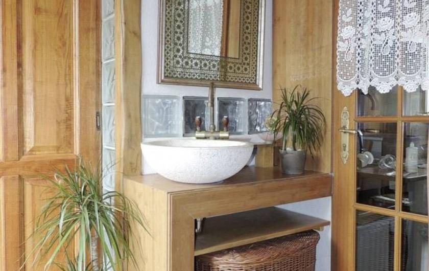 Location de vacances - Gîte à Saint-Jean-Trolimon - Entrée Douche/WC et cuisine équipée