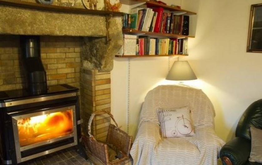 Location de vacances - Maison - Villa à Plouider - salon avec poele à bois