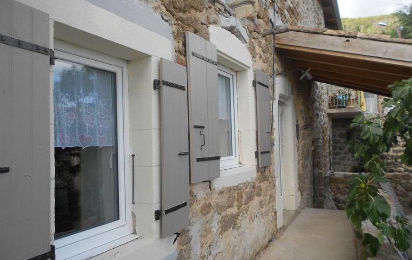 Location de vacances - Gîte à Vals-les-Bains - La terrasse donnant sur la vue/maison de caractère/