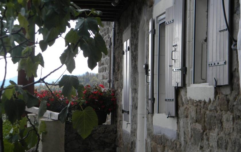 Location de vacances - Gîte à Vals-les-Bains - l'entrée de la location donnant sur la cité thermale de Vals les bains