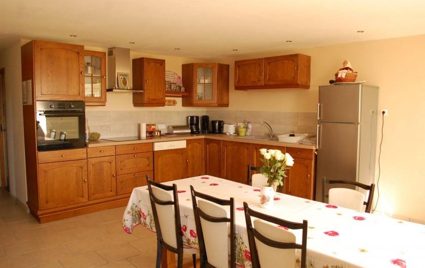 Location de vacances - Gîte à Vals-les-Bains - La cuisine aménagée dans maison de caractère